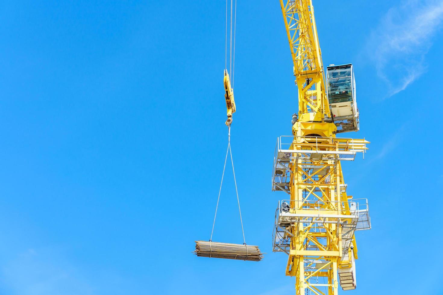 grue de construction sur le chantier photo