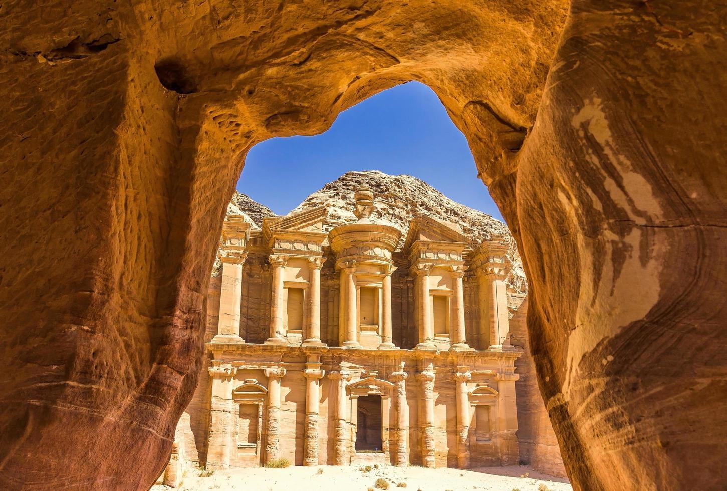 Vue depuis une grotte de l'ad deir, monastère de la ville antique de Petra, Jordanie photo