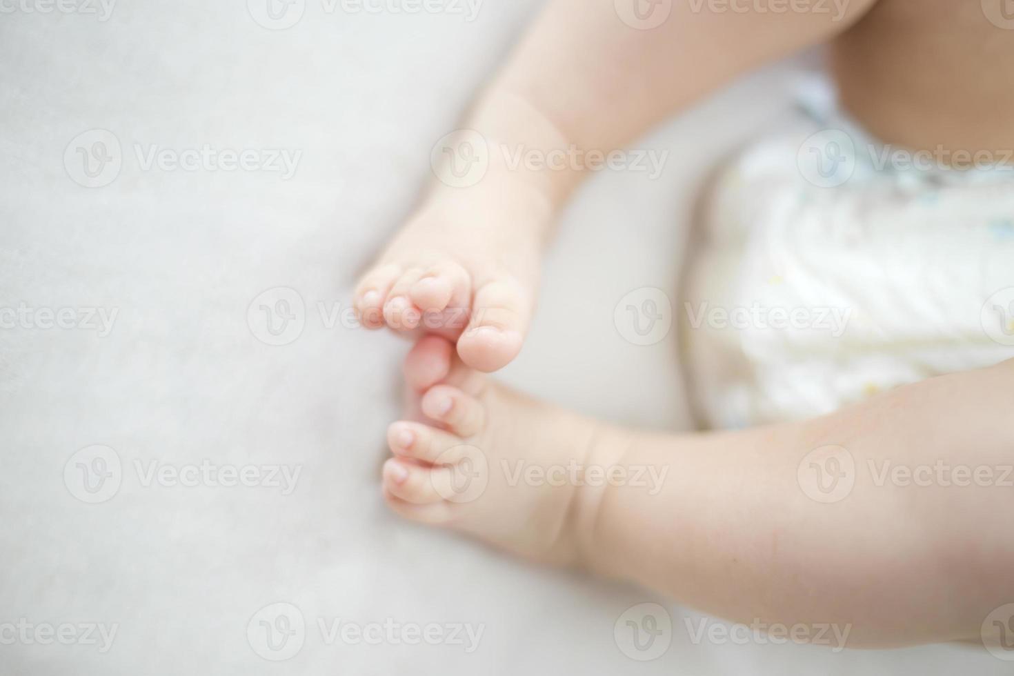 petit bébé fille pieds sur le lit photo