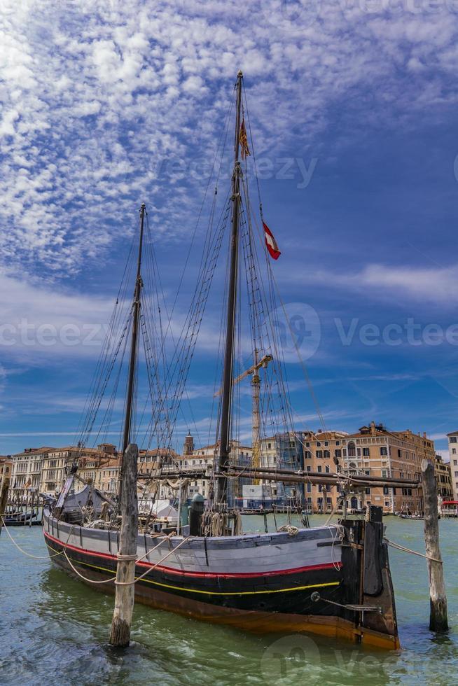 Vieux voilier trabaccolo à Venise, Italie photo