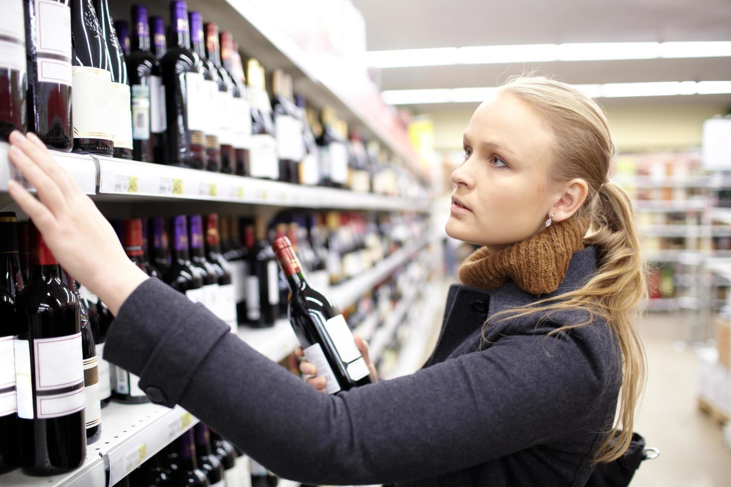 femme shopping pour le vin photo