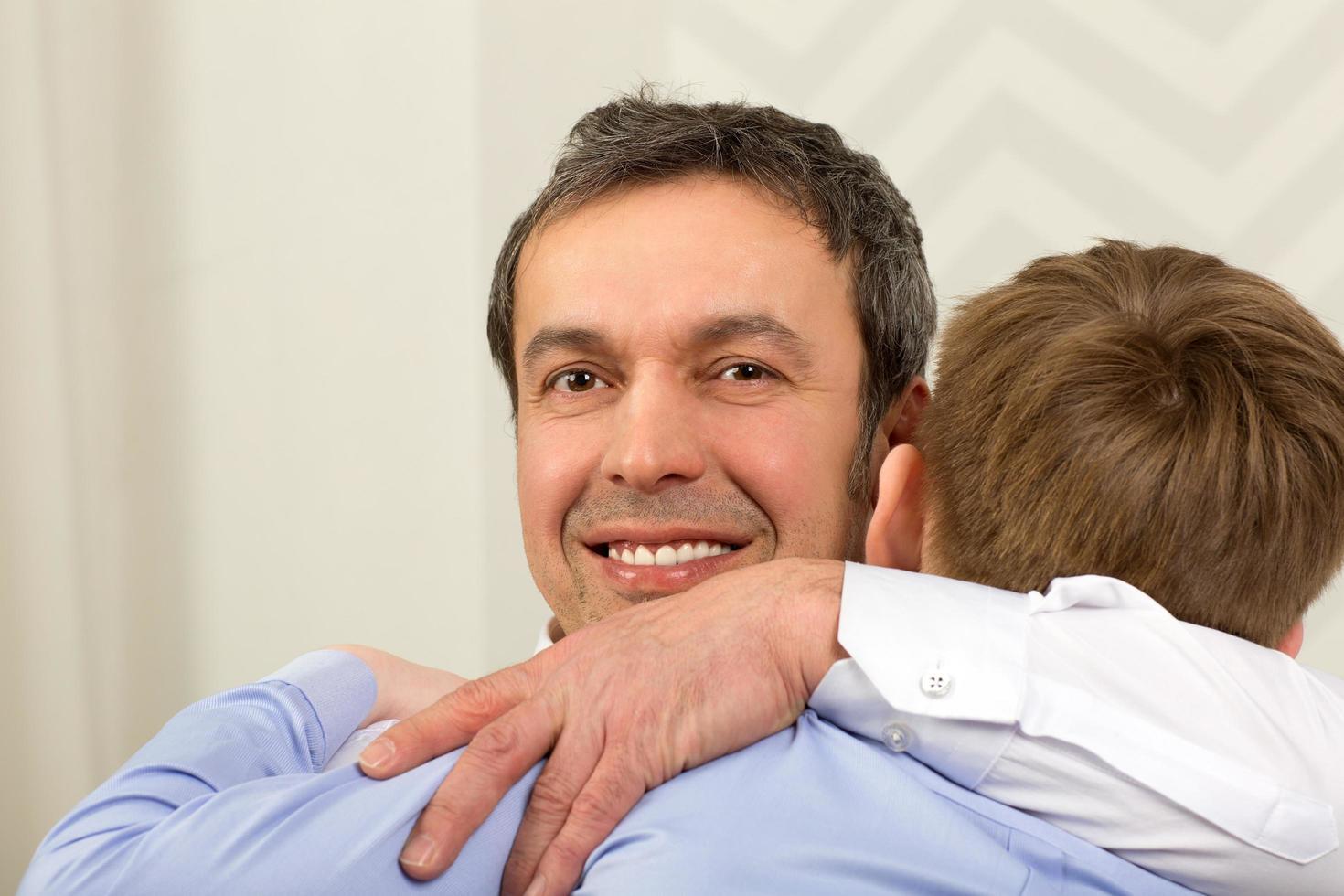 père étreignant son fils photo