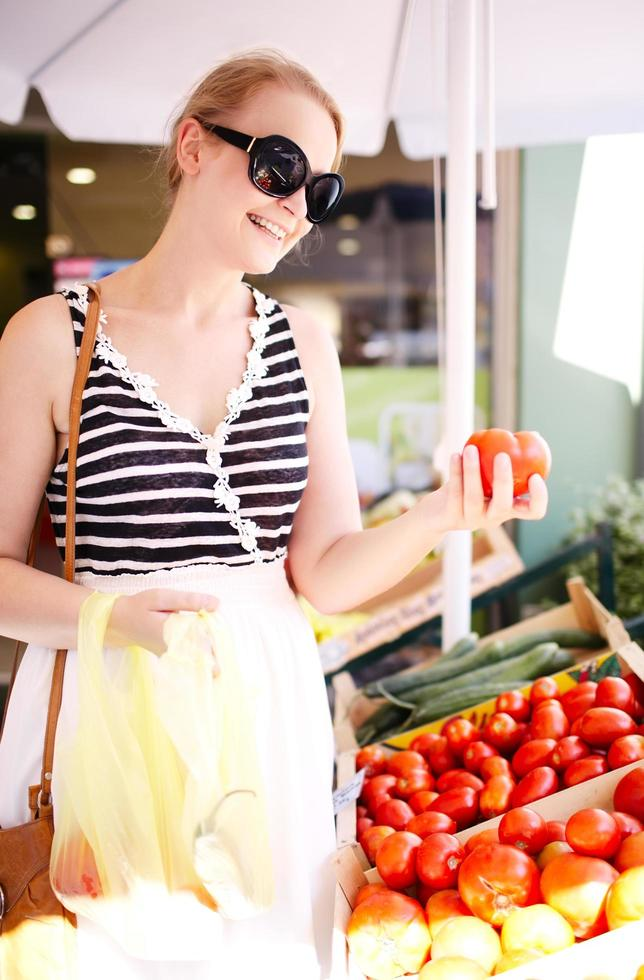 jeune femme, acheter, tomates fraîches photo