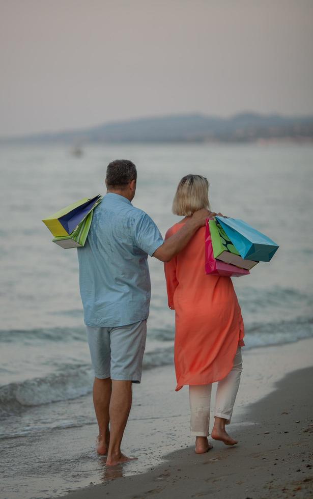 couple d'âge mûr sur une plage photo