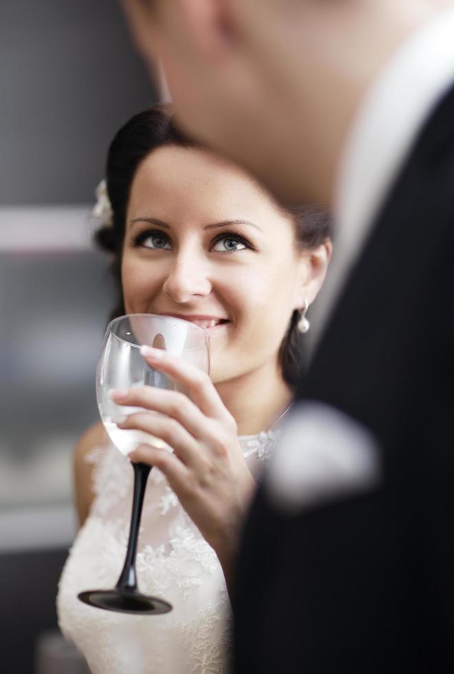 femme élégante, boire du vin lors d'une fonction photo