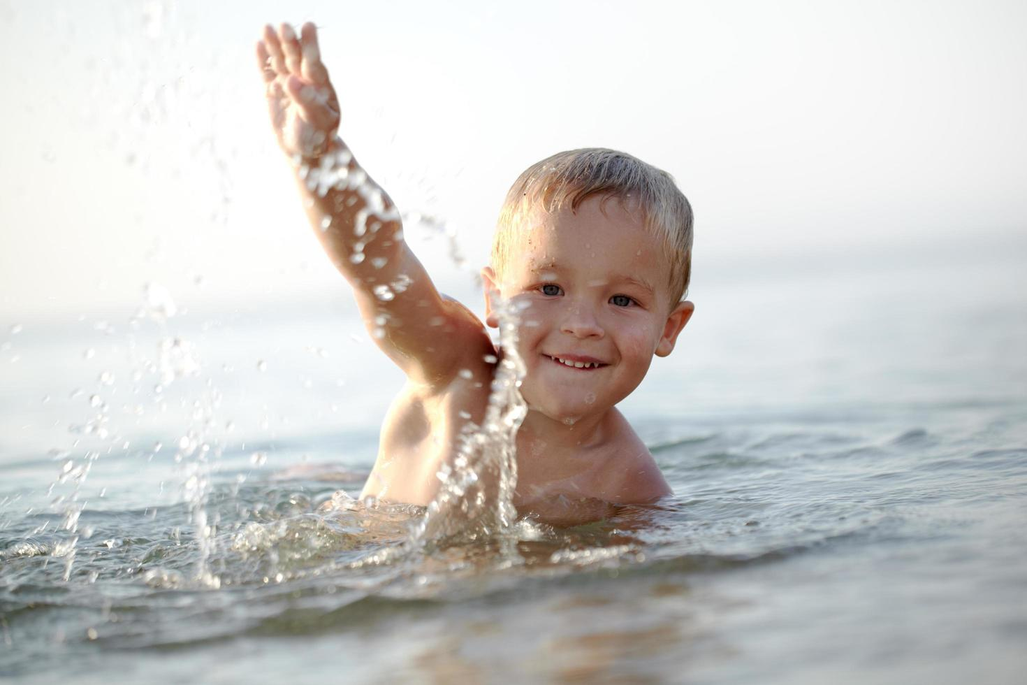 garçon nageant dehors photo