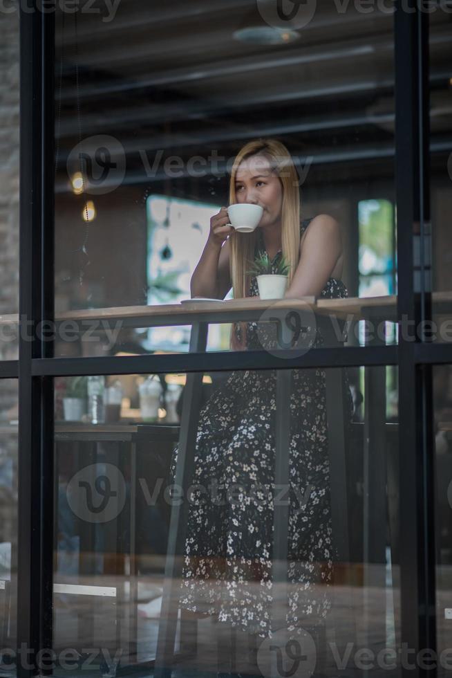 belle femme dans un café buvant du café photo