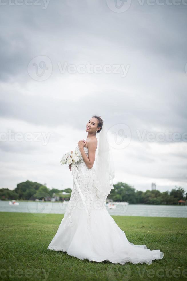 belle mariée avec des fleurs, maquillage de mariage et coiffure photo
