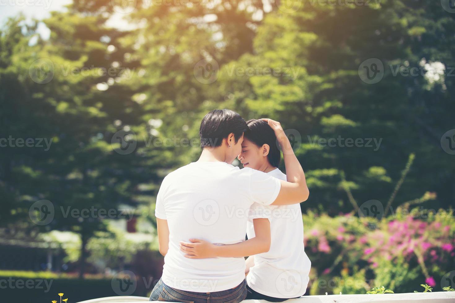 souriant jeune couple amoureux à l'extérieur photo