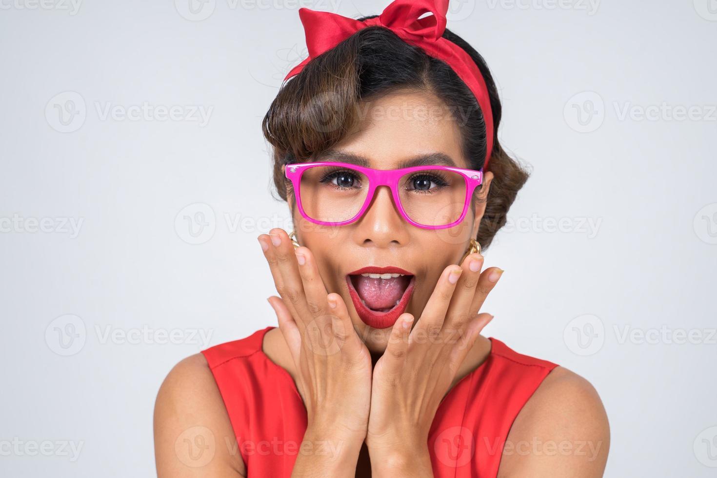 Portrait de femme à la mode avec des lunettes de soleil photo