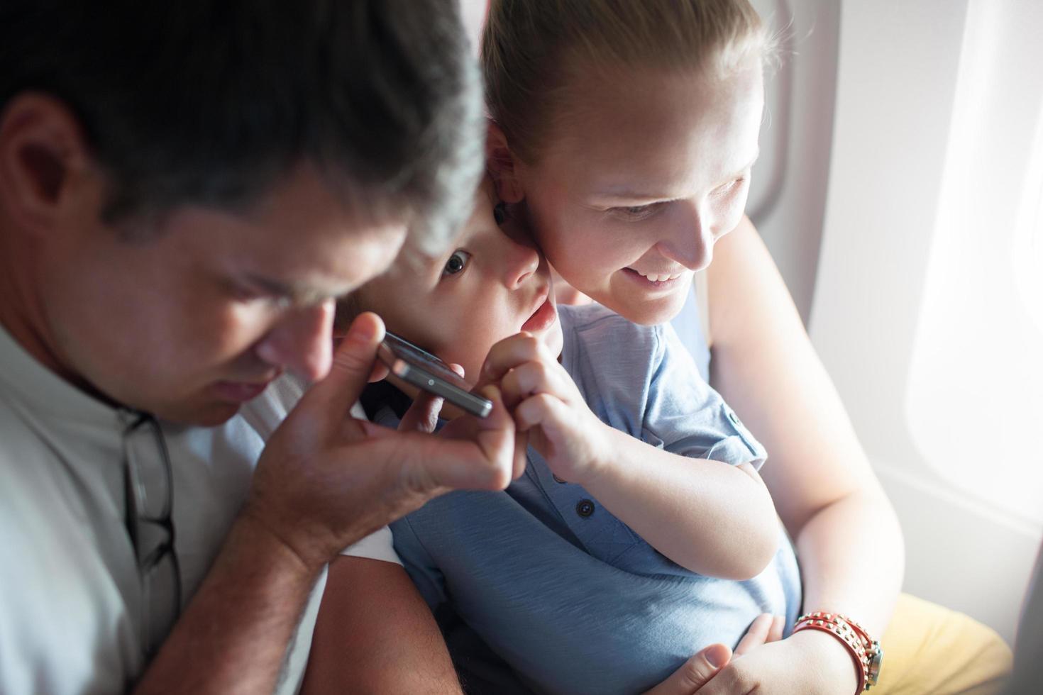 parents et enfant sur haut-parleur photo
