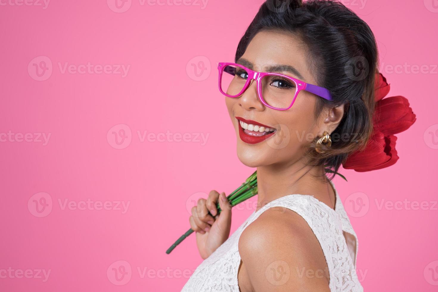 Portrait d'une femme à la mode avec des lunettes de soleil photo