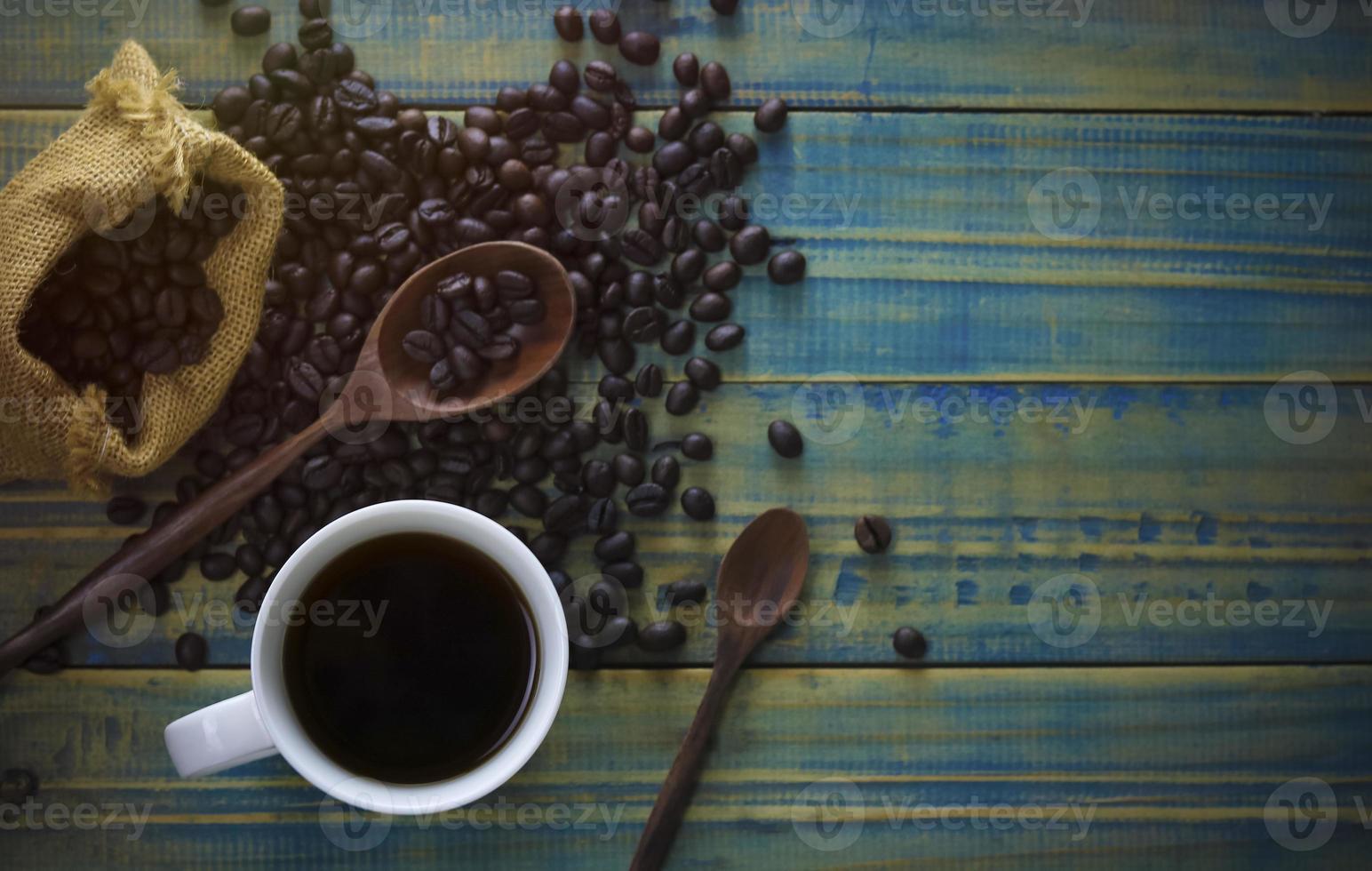 café et grains torréfiés en vue de dessus photo