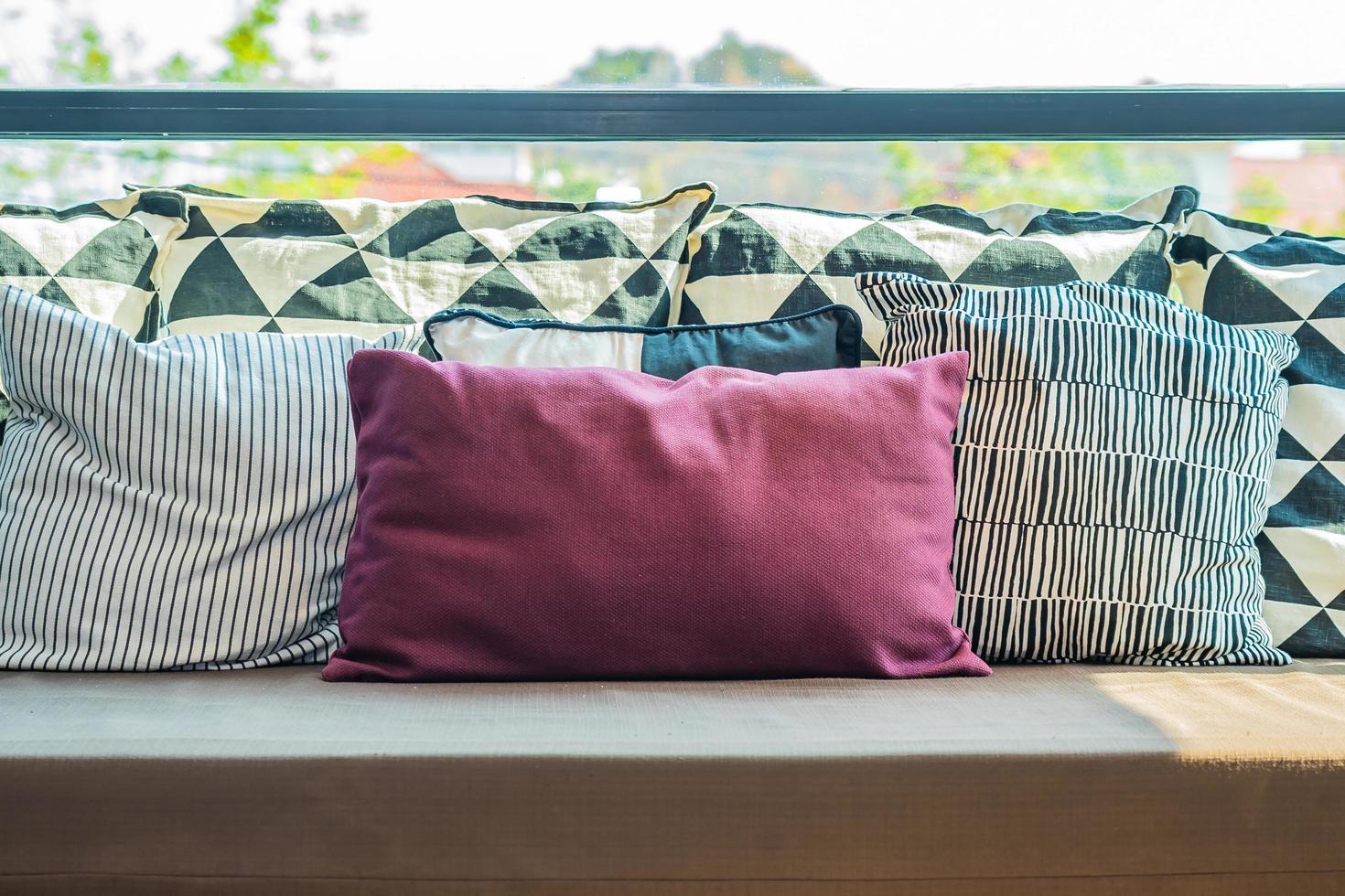 oreillers confortables sur canapé photo