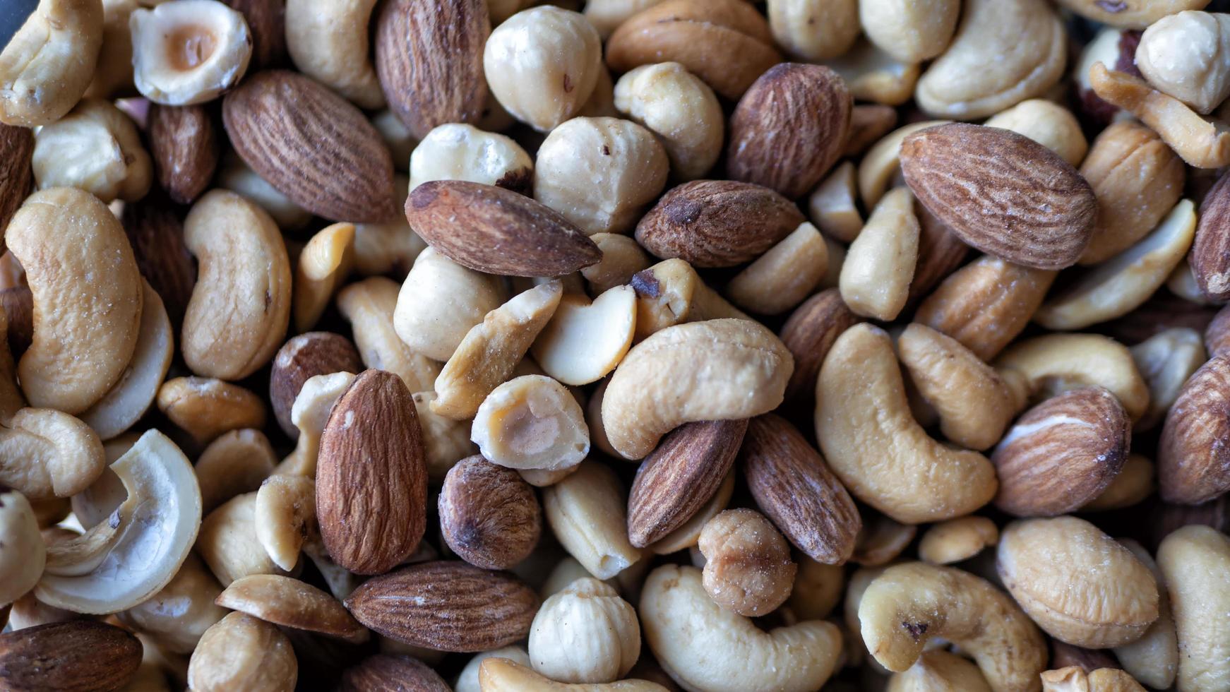 tas de noix mélangées photo