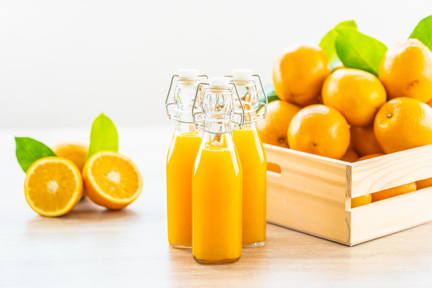 jus d'orange frais et oranges photo