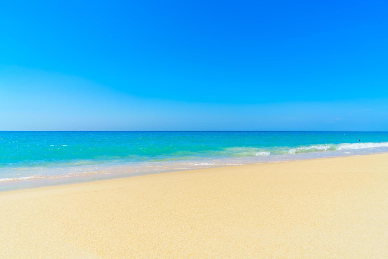 belle plage et ciel bleu photo