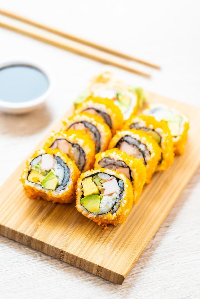 California maki rolls sushi avec sauce et baguettes photo