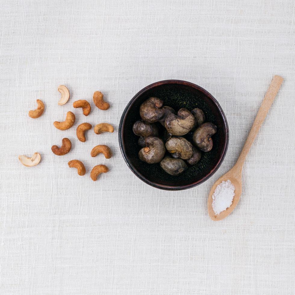 noix de cajou crues dans un bol photo