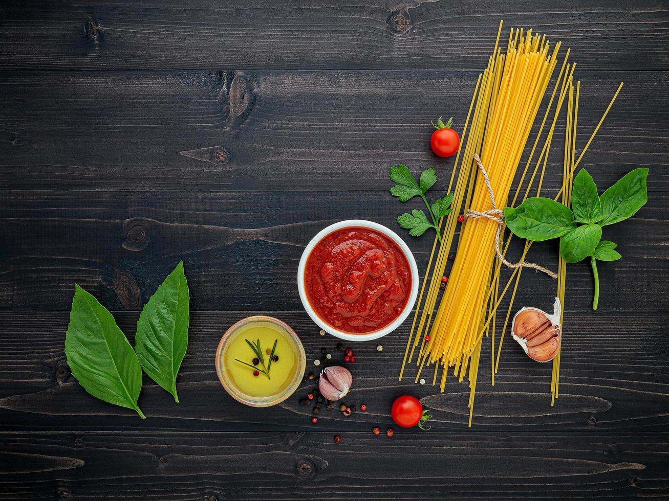 Ingrédients spaghetti sur fond de bois foncé photo