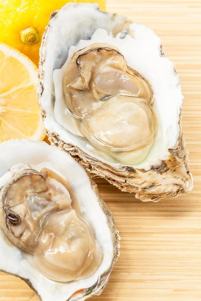 deux huîtres fraîches sur bois photo