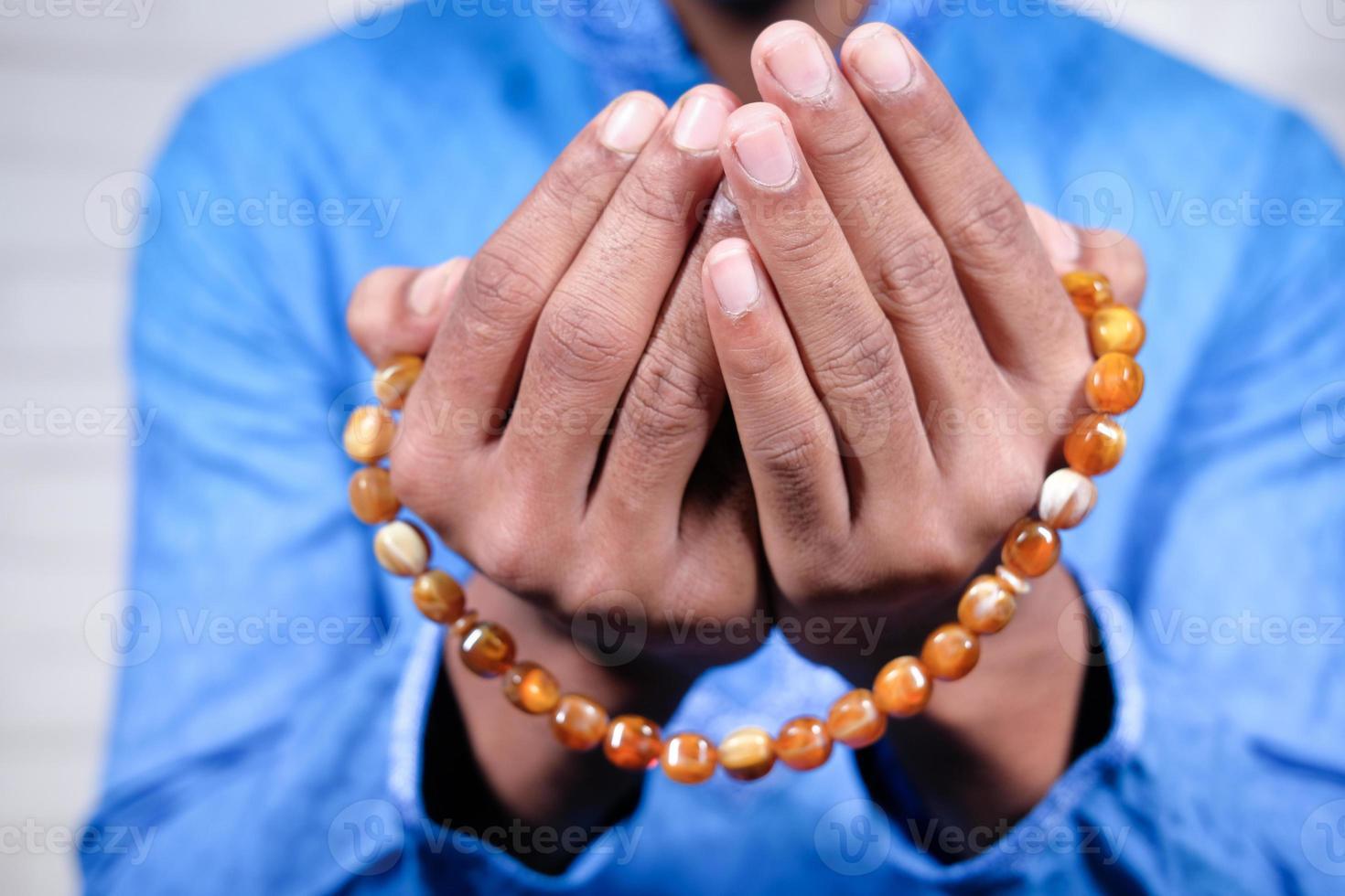 mains de l'homme musulman priant photo