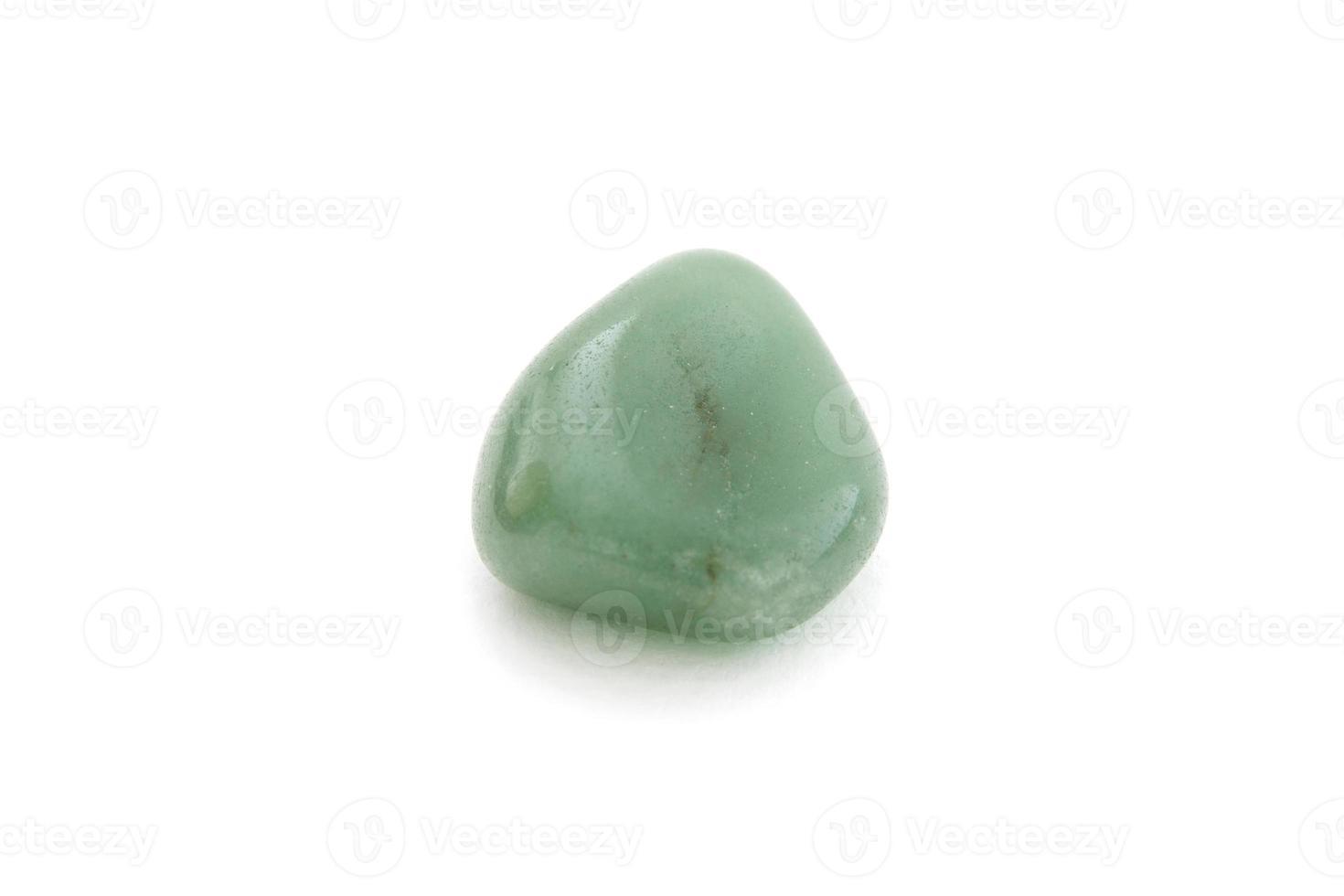Agate verte minérale sur fond blanc photo