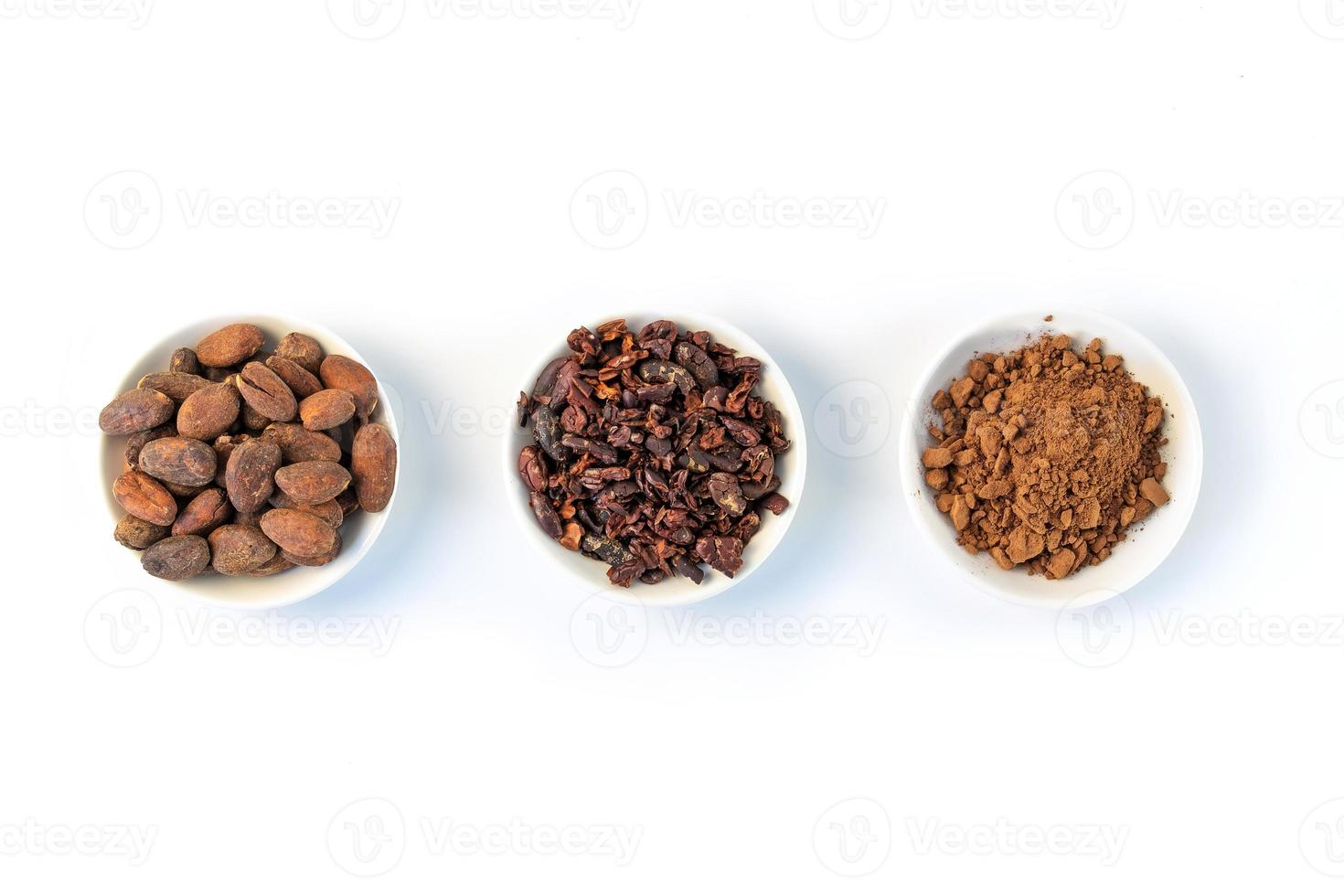 Graines de fèves de cacao, éclats de cacao et poudre de cacao sur fond blanc photo