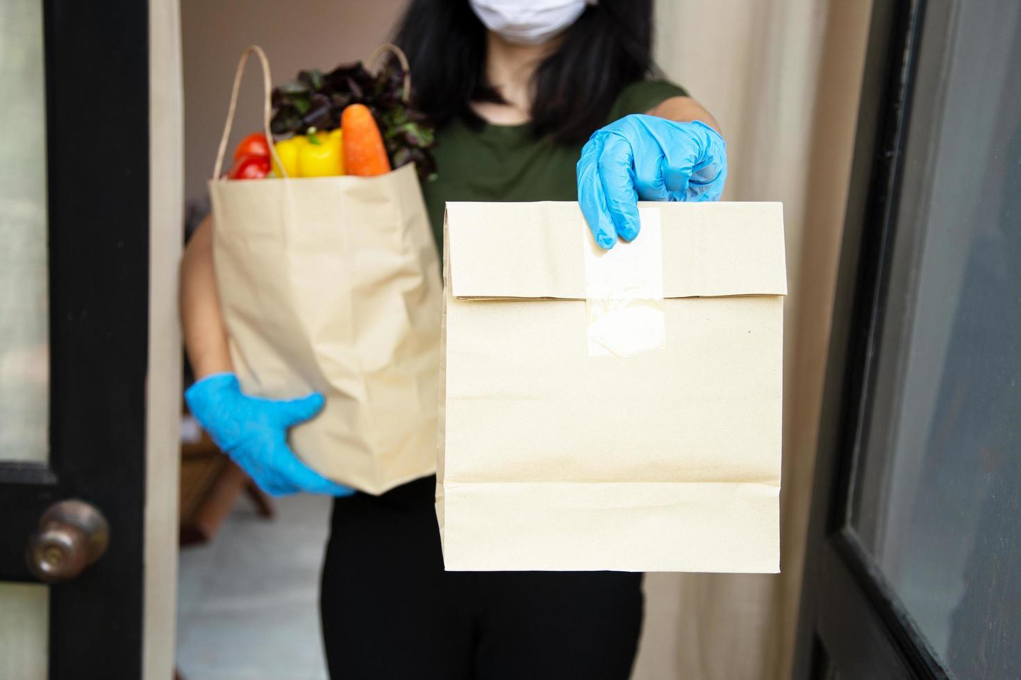 les fournisseurs de services alimentaires portant des masques et des gants. rester à la maison réduit la propagation du virus covid-19 photo