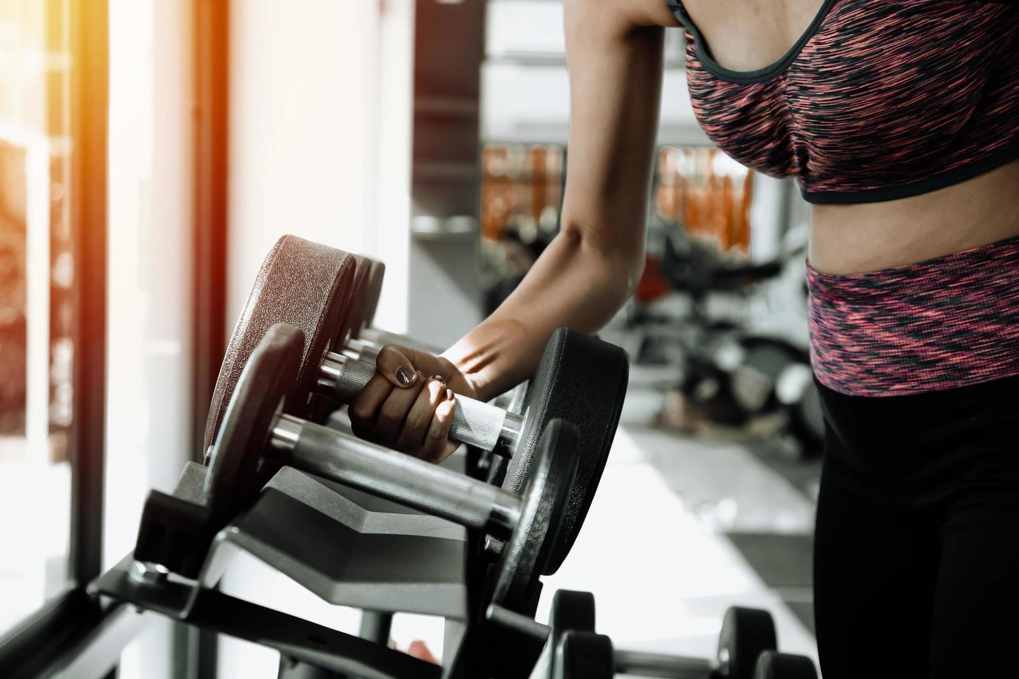 Femme de remise en forme en formation avec des abdos forts montrant à la salle de sport photo