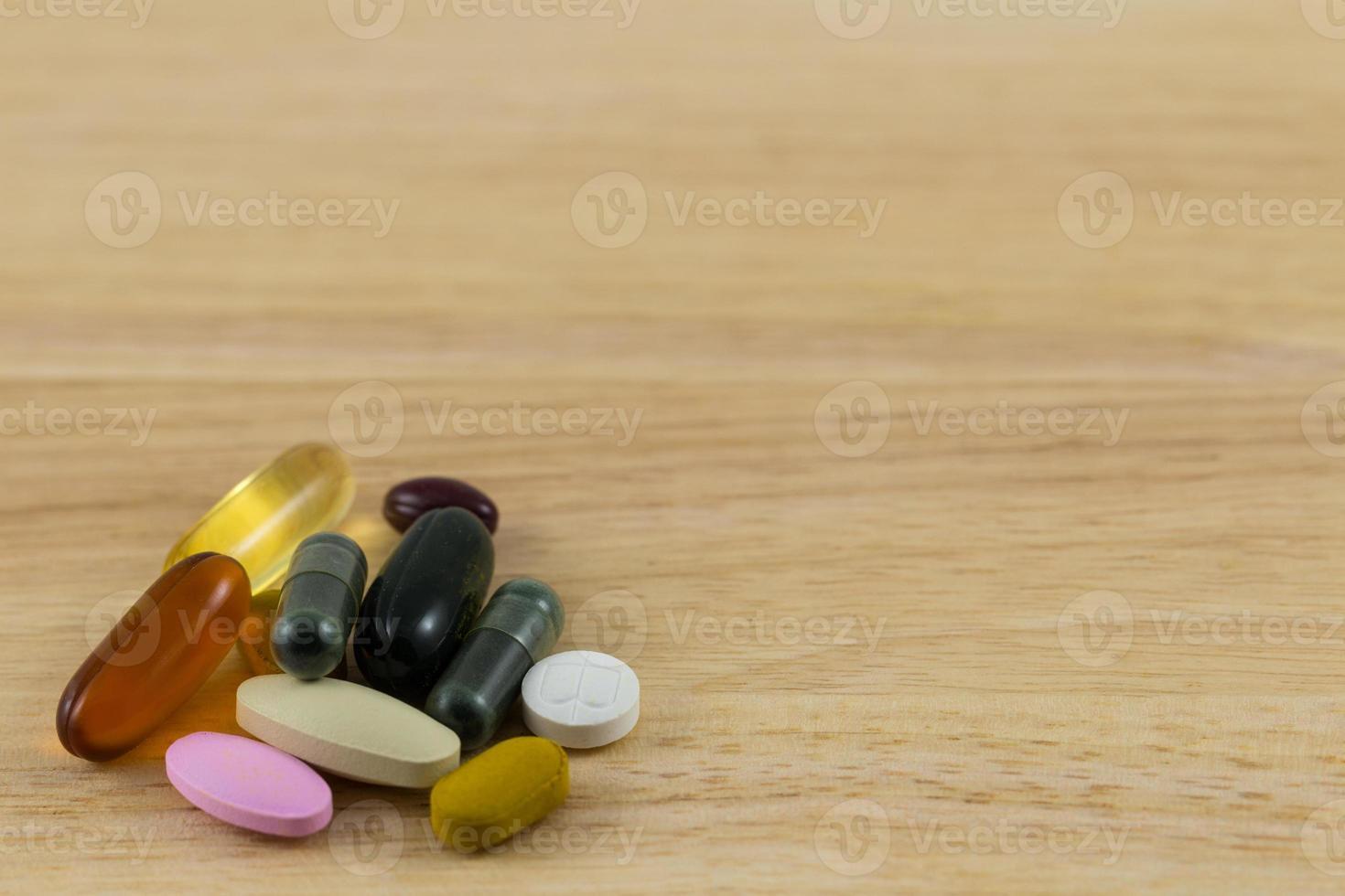 pilules se répandant sur un bloc de bois photo