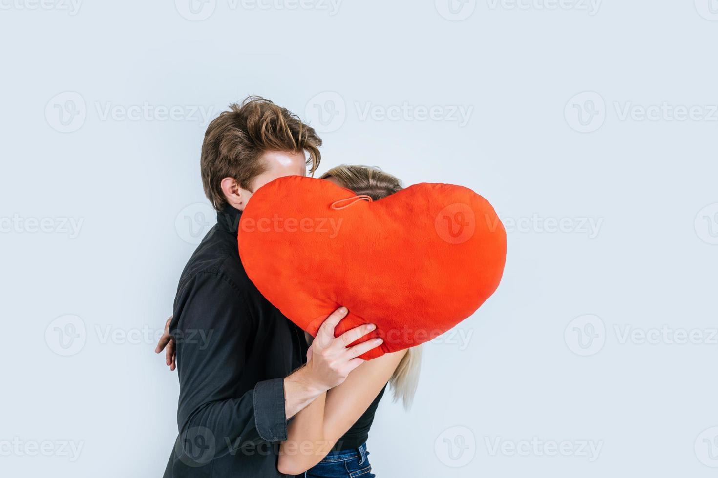 couple heureux aimant ensemble tenant un coeur rouge photo