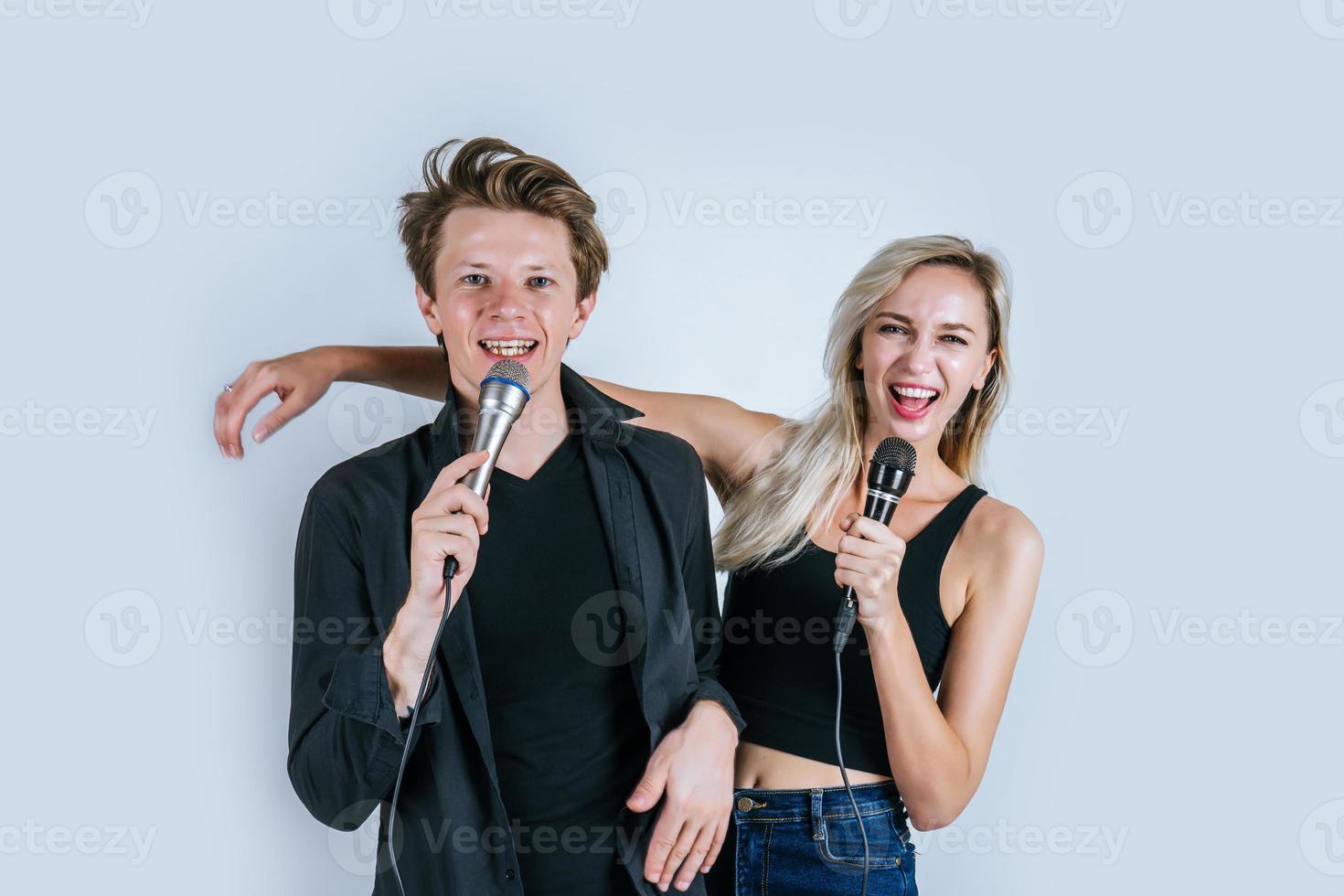 heureux, portrait, de, couple, tenue, microphones, et, chant photo
