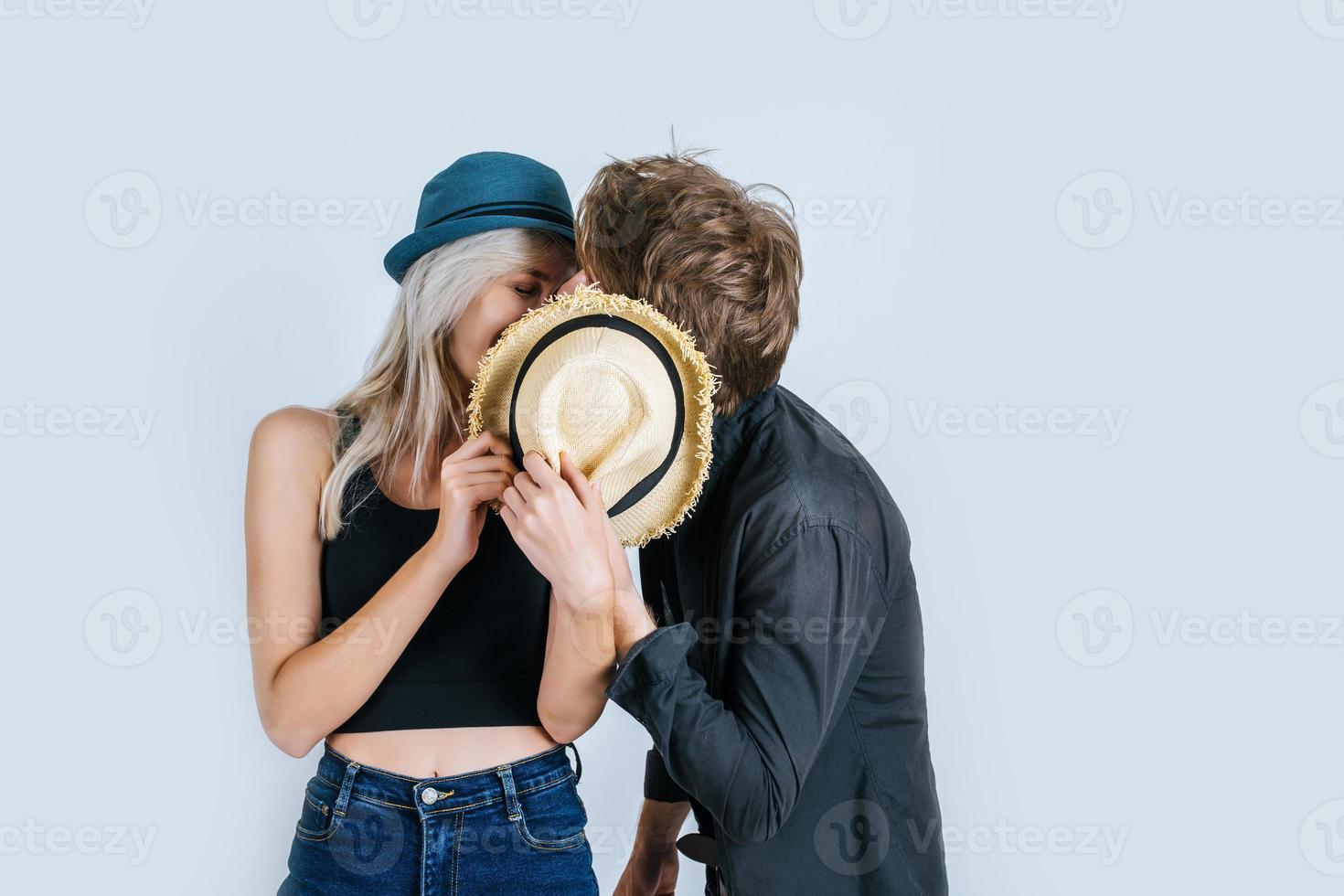 couple de mode étant drôle ensemble photo