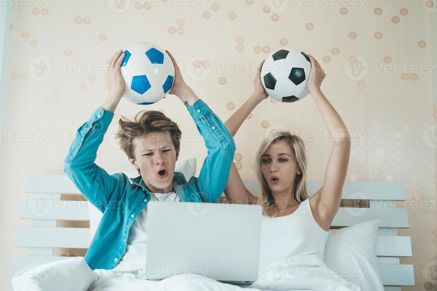 heureux, couple, regarder football football, lit photo