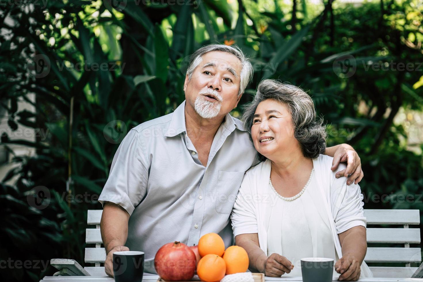 couple de personnes âgées jouant et mangeant des fruits photo