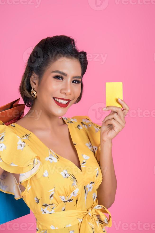 femme à la mode avec sacs à provisions et carte de crédit photo