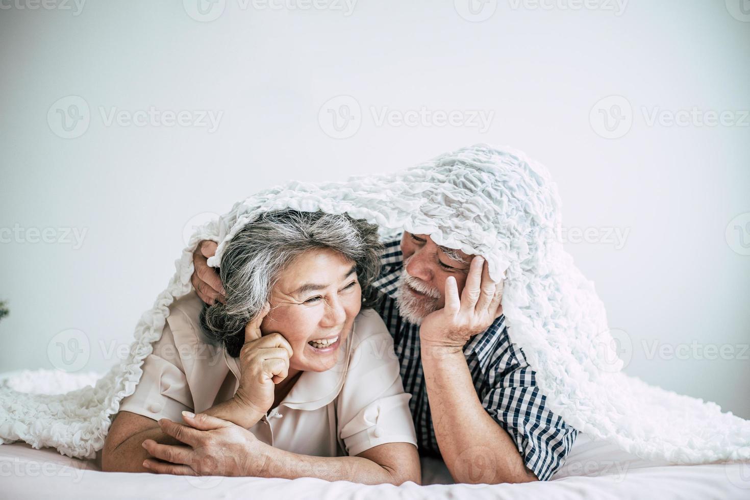 heureux, couples aînés, rire, dans chambre photo
