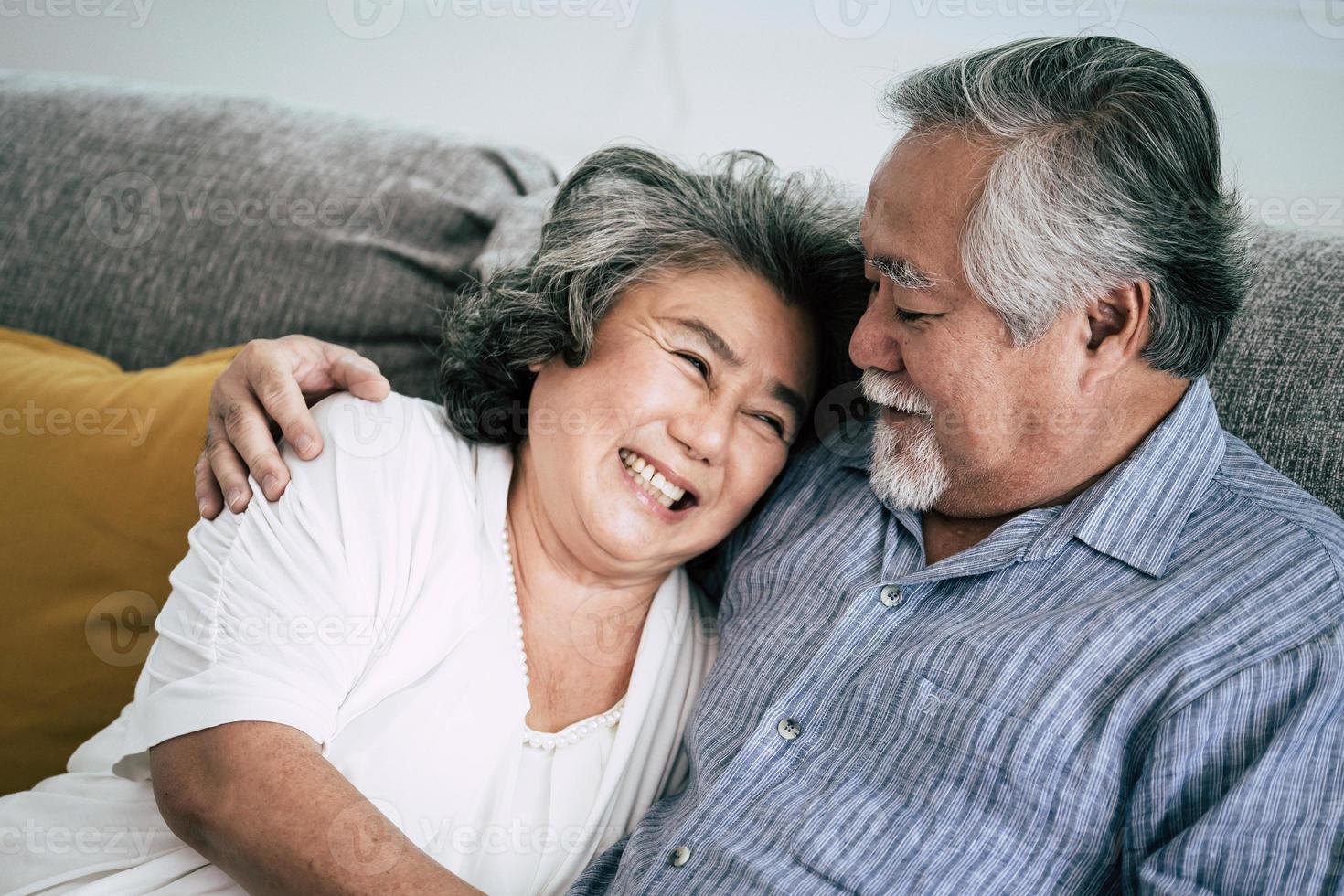 Couple de personnes âgées surprend avec boîte-cadeau dans le salon photo