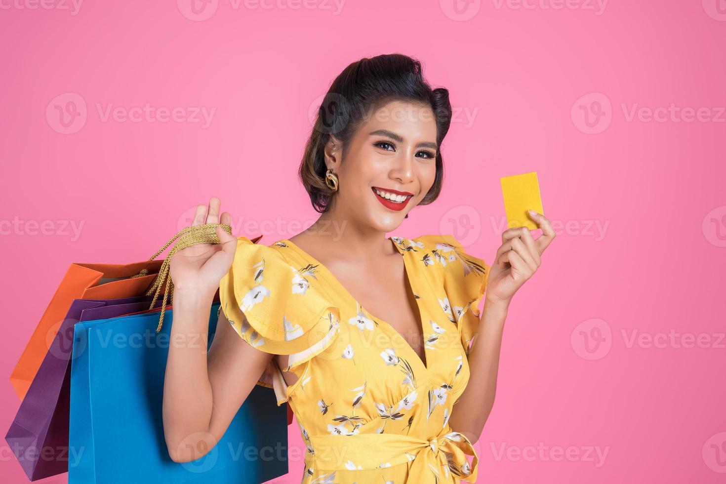 femme à la mode avec sac shopping et carte de crédit photo