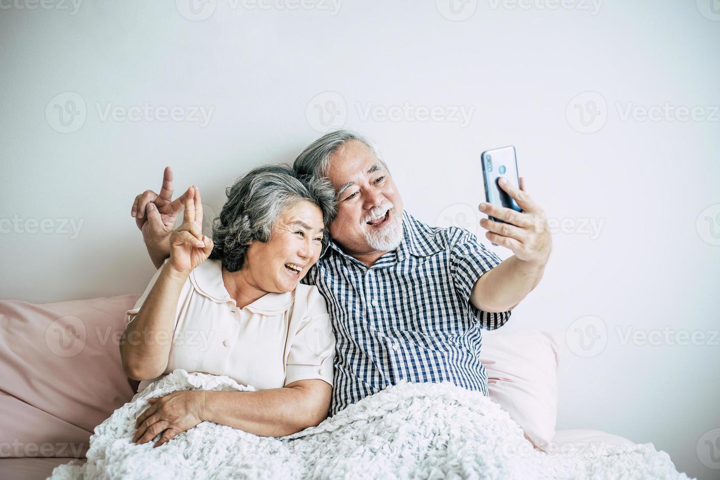 couple de personnes âgées à l'aide d'un smartphone photo