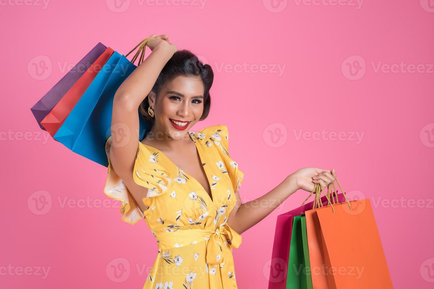 belle femme asiatique, tenue, coloré, sacs provisions photo