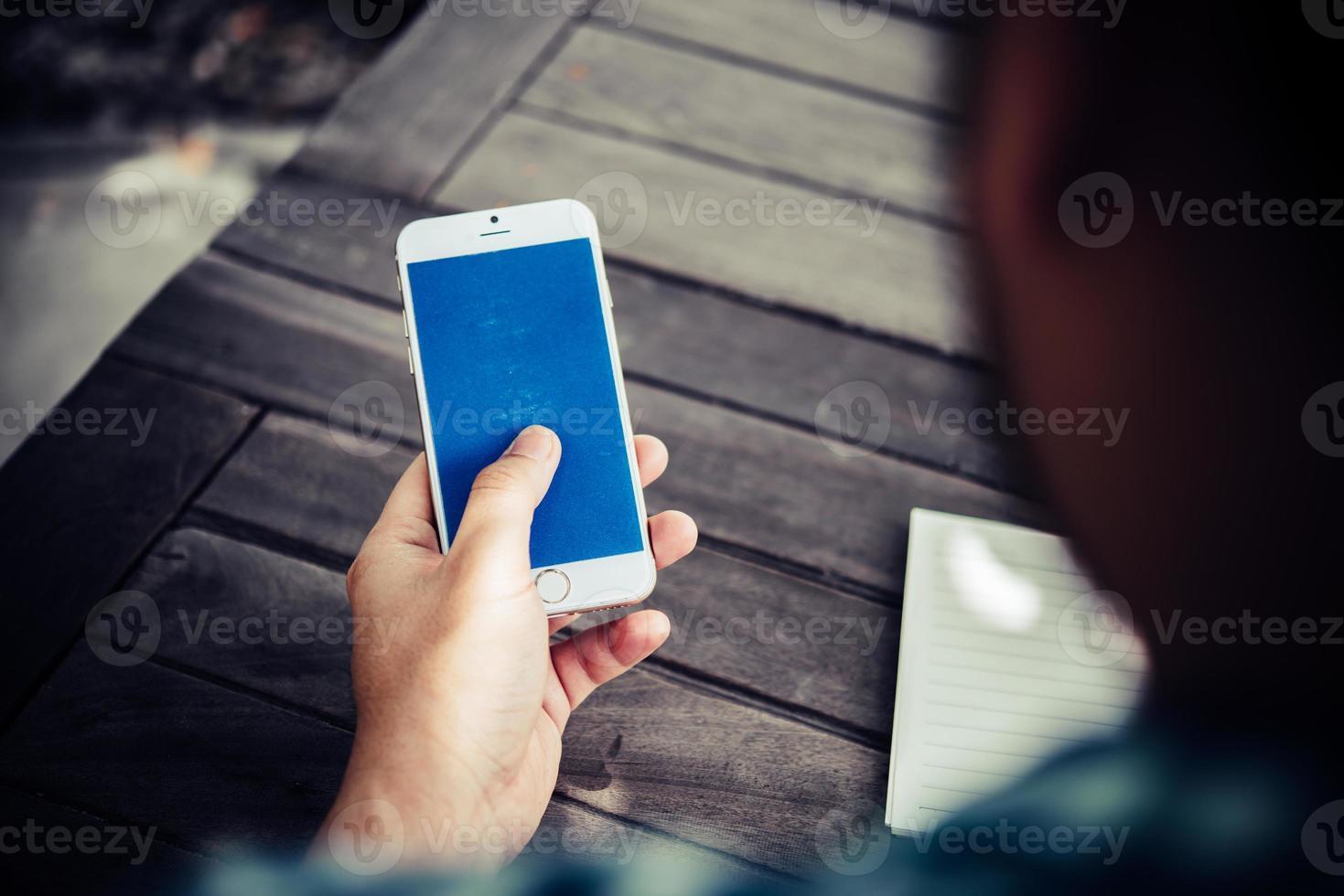 gros plan, de, homme affaires, utilisation, smartphone, tout en travaillant dans le café photo