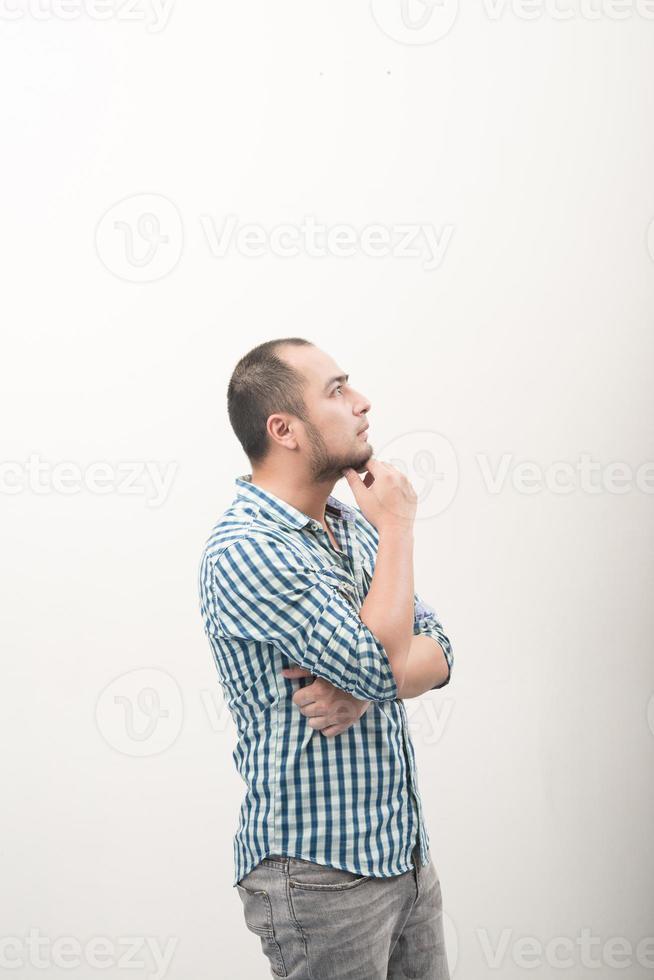 Bel homme asiatique heureux isolé sur fond blanc photo