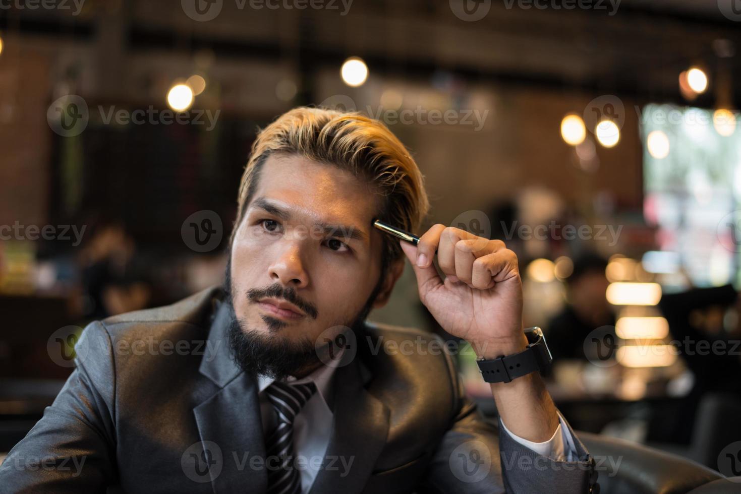 bel homme d'affaires pensant au travail tout en travaillant au café photo