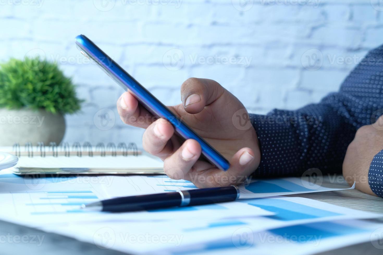 personne utilisant un téléphone mobile bleu photo