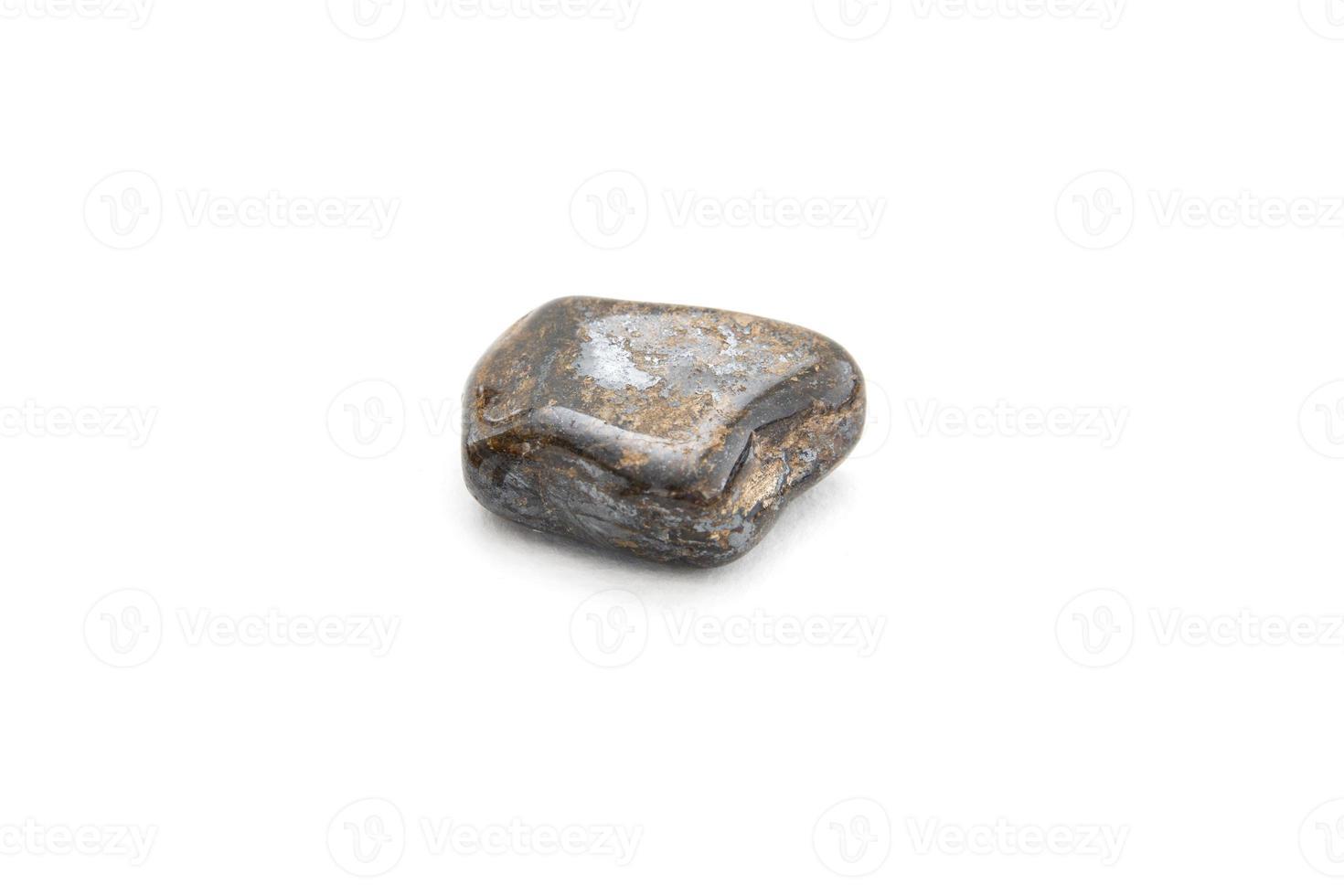 minéral de bronzite sur fond blanc photo