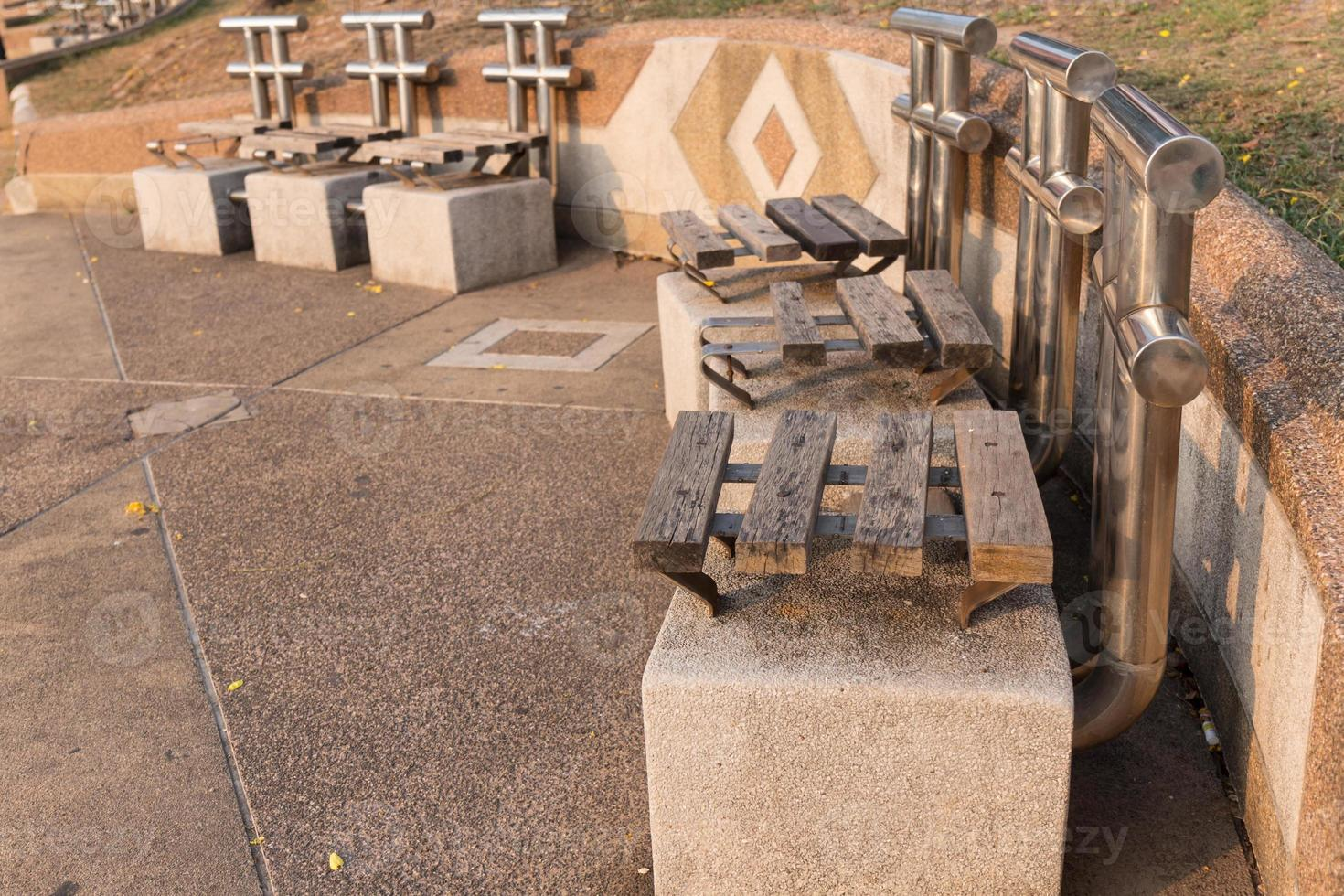 vieille chaise en bois dans le parc photo