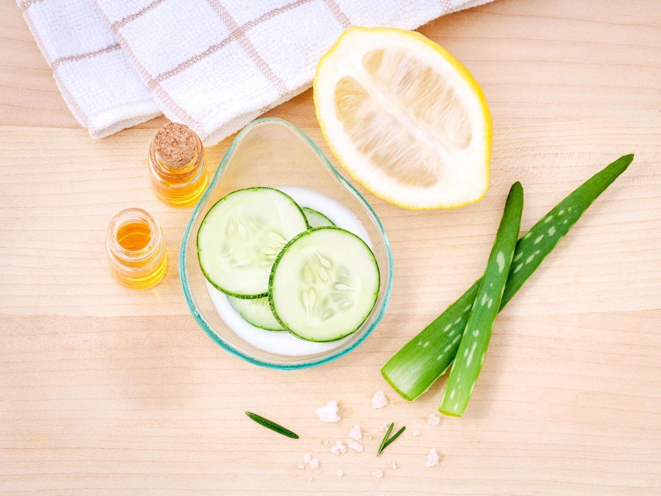 soins de la peau faits maison à l'aloe vera, citron, concombre, sel de mer et miel photo