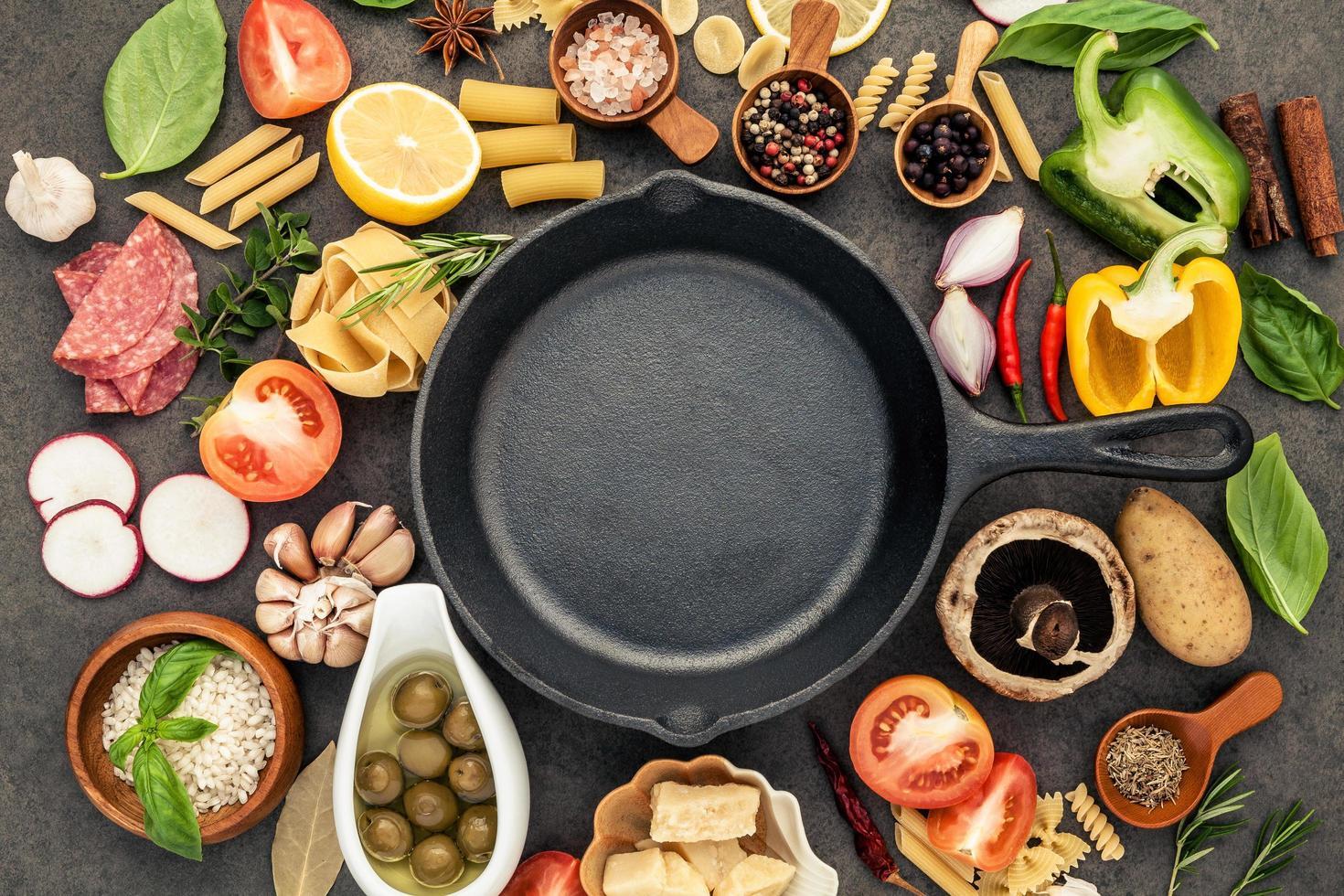 poêle avec des ingrédients italiens photo